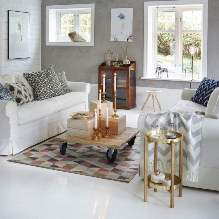 <span>Grått, mönstrat och varma metaller. Soffa Ektorp från Ikea. Soffbord från Granit. Matta Cirkus från Armadillo. <br></span>
