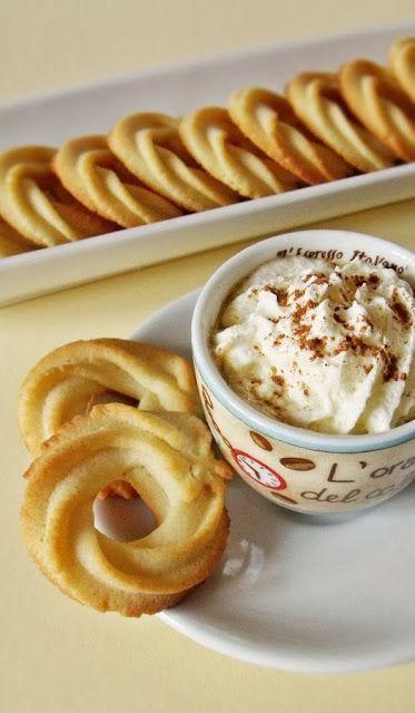 A közkedvelt omlós keksz házilag készült változata. Hozzávalók 300 g finomliszt 200 g szobahőmérsékletű vaj (nem margarin!) 100 g porcukor 1 nagyobb tojás 1 evőkanál vaníliakivonat késhegynyi só A szá