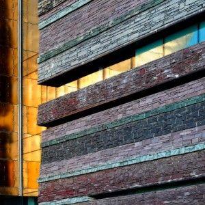 Здание Миллениум Центра, Кардифф, Уэльс, Великобритания. Выложенные сланцевыми блоками, массивные каменные стены впечатляют посетителей и туристов. Архитектор использовал сланец Welsh Slate пяти различных цветов. Всего же при строительстве Миллениум Центра было использовано 2 500 тонн сланца, что является Абсолютным рекордом!