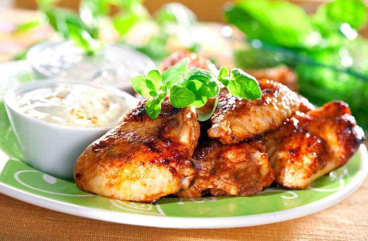 Kawałki kurczaka w aromatycznych dipach. #kurczak #majonez #szczypiorek #bazylia #pietruszka #smacznastrona #grill #grillowanie #tesco #przepisy #przepis