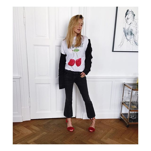 Pin for Later: 47 Façons de Porter un T-shirt Graphique Tout en Restant Sophistiquée Avec des Chaussures Colorées