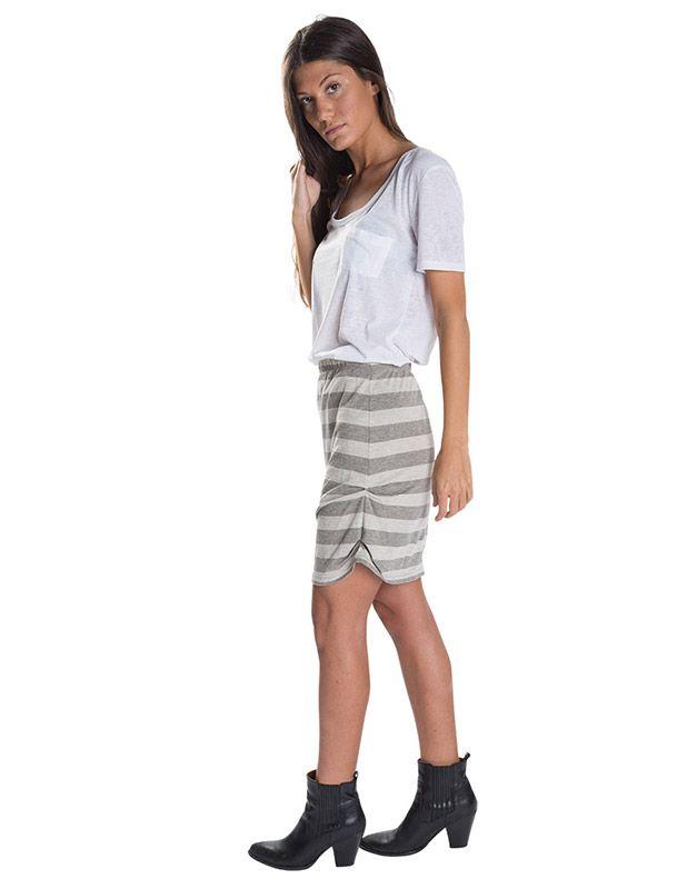 Modelo con falda a rallas
