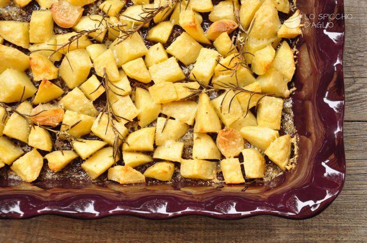 Le patate al forno gratinate sono gustosissimi tocchetti di patate cotti al forno con poco olio e una grattugiata di Parmigiano Reggiano, che crea una deliziosa crosticina durante la cottura. Le patate migliori per questa preparazione sono quelle a pasta gialla, sode e ricche di sapore.