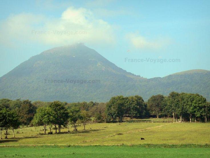 Le puy de Dôme: Puy de Dôme: Uitzicht op de vulkaan van de Puys (Monts Dome) en onder zijn hoogtepunt met een landschap van bomen en weiden in het Regionaal Natuurpark van de Auvergne Vulkanen - France-Voyage.com