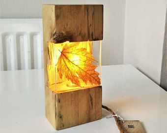 Legende Zurückgewonnenes antikes Kiefernlicht mit dem bunten Herbstblatt, das im freien Harz geworfen wird.