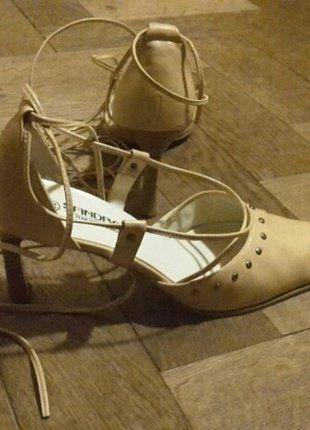 Kupuj mé předměty na #vinted http://www.vinted.cz/damske-boty/vysoke-podpatky/13885723-svetle-bezove-boty-do-spicky-s-podpatkem-sandro-moc-hezky-vypadaji-na-noze