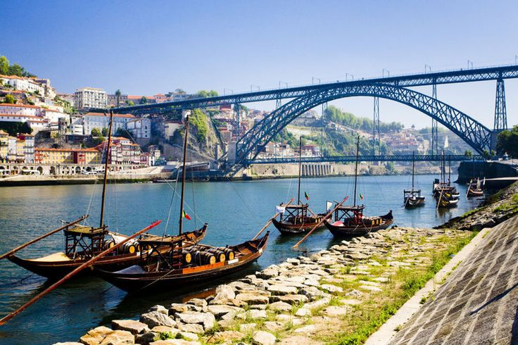 """Porto, au nord du pays. Vila Nova de Gaia se trouve en face du centre historique, de l'autre côté du pont D. Luis. Le quartier doit sa renommée à ses chais renfermant le précieux or noir portugais. Sur les quais, vous pourrez observer quelques """"barcos rabelos"""", ces embarcations qui autrefois acheminaient les tonneaux de vin de Porto en provenance des vignobles du Haut-Douro."""