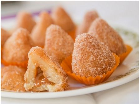 Coxurros    O melhor dos dois mundos: coxinha de churros de doce de leite! Experimente essa delícia!