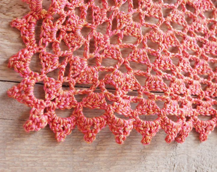 Haak deze zijden zomersjaal met Knit Collage! Hij is heerlijk zacht en het zijde en de glitterdraad geven een luxueuze uitstraling. Bekijk hier het patroon.
