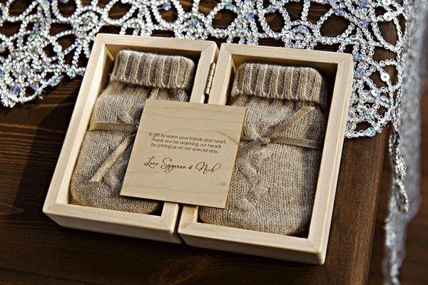Handschoenen als bedankje voor de bruiloftsgasten // Styling van een winterbruiloft