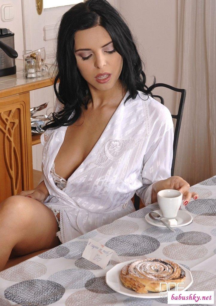 Голая Кира Квин пьет кофе и кушает банан