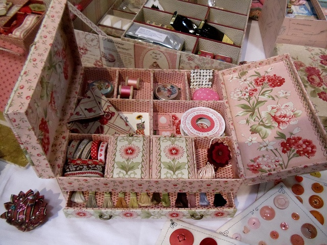 Beautiful old sewing box including a draw for embroidery floss. I would love one of these!