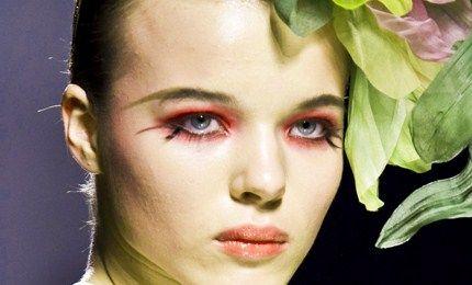 Bellezza: colore sulle palpebre!  Dopo il trionfo estivo del fluo anche l'inverno richiama sulle palpebre l'ombretto colorato da nuove nuances