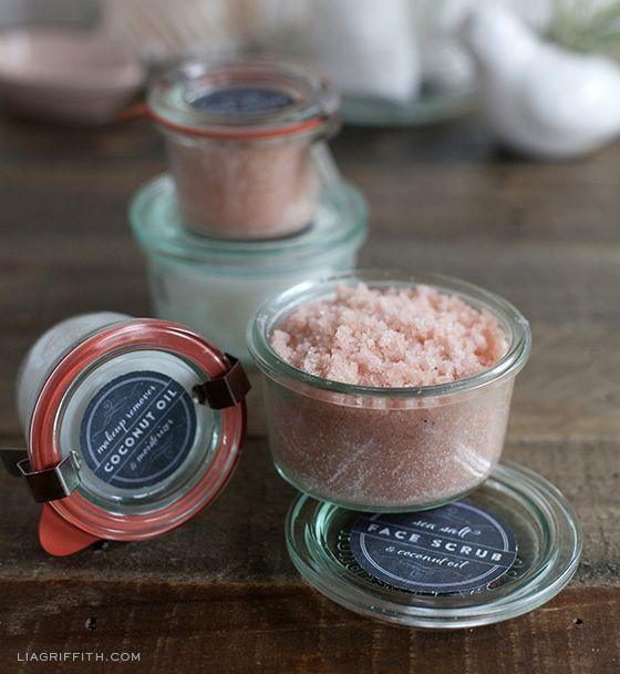 Una esfoliación de cara con sal marina y aceite de coco. mezclar 1 parte derretida de aceite de coco y 2 partes de sal de mar y cuchara en sus tarros. Muy simple! Me gusta usar la sal marina extrafina del Himalaya rosa de los laboratorios de las Especias y Nutiva aceite de coco orgánico . Disfrute!