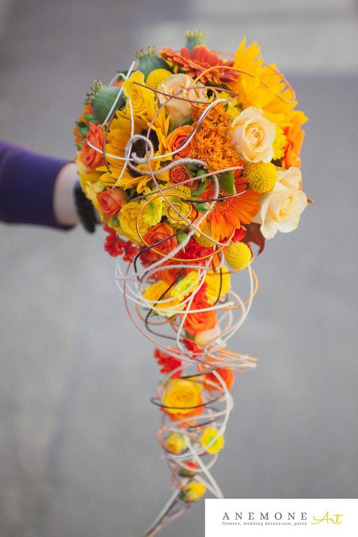 buchet de mireasa din floarea soarelui, minirosa, trandafiri, craspedia, celosia, minigerbera In nuante de galben si portocaliu.