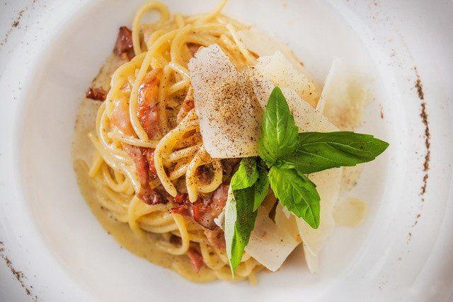 """Спагетти с соусом """"Карбонара""""  Готовим как в ресторане 📌  Ингредиенты на 1 порцию:  Спагетти № 3 — 100 г Свинина (бекон подкопченный ) — 80 г Сливочное масло — 10 г Яйцо куриное (желток) — 3 шт. Сыр пармезан (тертый) — 15 г Перец черный молотый — 1 г  Приготовление:  1. Кладем макароны в кипящую воду и варим до состояния аль-денте. 2. Пока варятся спагетти, на сливочном масле обжариваем нарезанный подкопченный бекон до золотистого цвета.  3. В отдельной емкости куриный желток отделяем от…"""