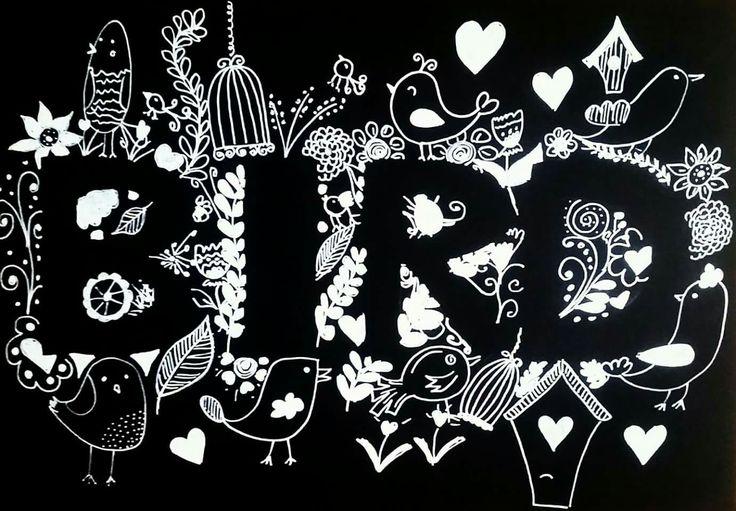 Lente bord vogel tekenen voorjaar pasen zwart wit handlettering lettering krijtstift krijtbord schoolbord krijtbordsticker