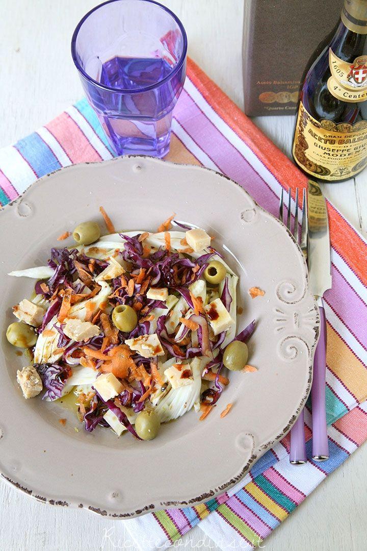 Insalata mista con finocchi, cavolo cappuccio viola, carote e formaggio Occelli in foglie di castagno e aceto balsamico