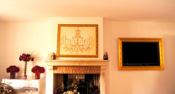 Ici, le Cadre TV Olimpia Or habille un téléviseur Samsung de 42″. Ce Cadre TV Classique s'intègre à la perfection dans cette composition néo-baroque