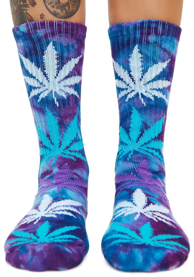 HUF Blue Dream Plantlife Strains Crew Sock cuz if we all had a bong, we'd all get along. These crew socks feature a tie dye pattern with multi color jacquard weed leaves and strain name on the arch support.