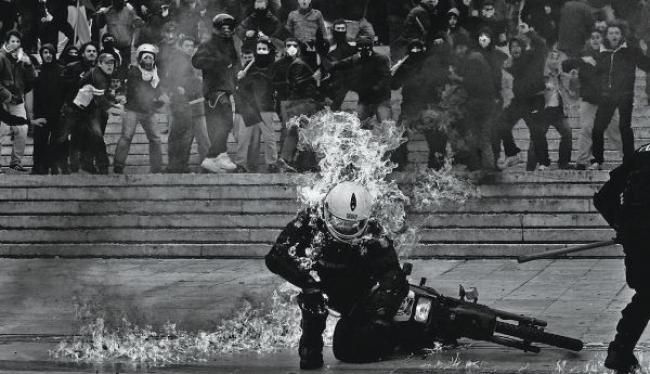 Εκτενές αφιέρωμα στον Ελληνα φωτογράφο Αγγελο Τζωρτζίνη, που τα τελευταία χρόνια έχει αποτυπώσει μέσω του φακού του με τον καλύτερο τρόπο το κλίμα της κρίσης, δημοσίευσε το αμερικανικό περιοδικό «Time».