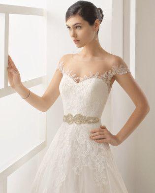 OLESA traje de novia de encaje, pedrería y tul.