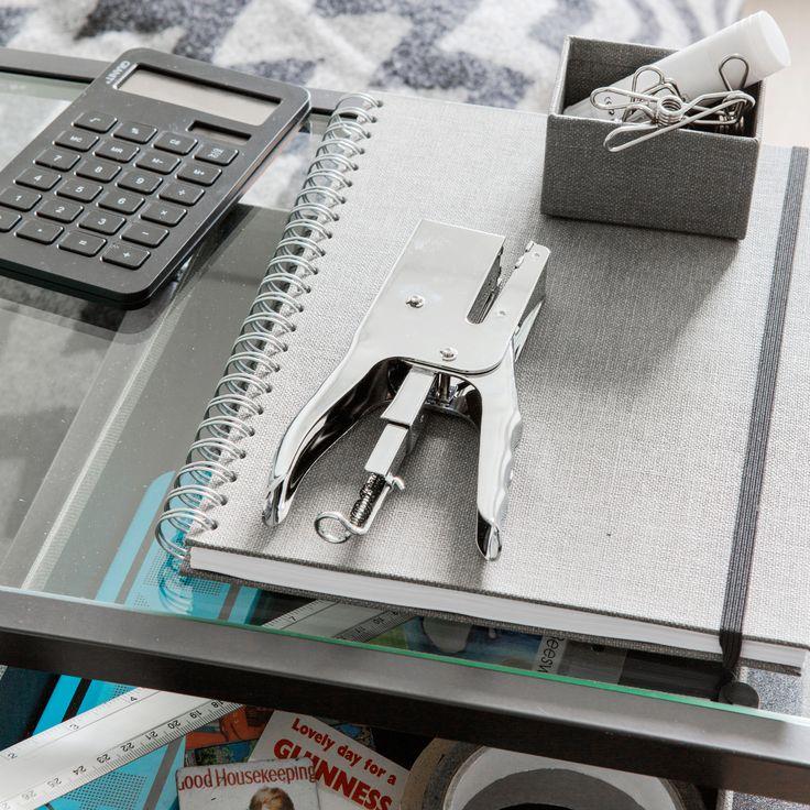 Työpöydän ilme pysyy rauhallisena ja tyylikkäänä kun tarvikkeet valitsee sävy sävyyn.