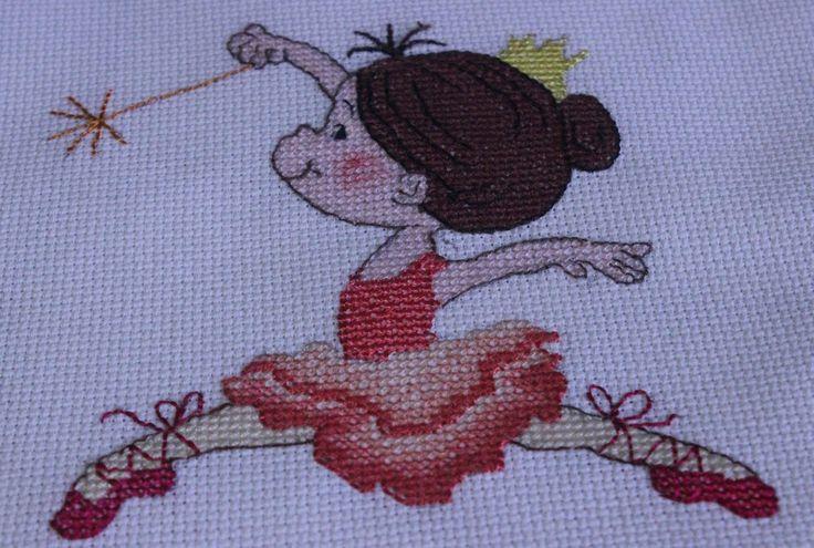ballerina con il tutu rosso ricamata a punto croce