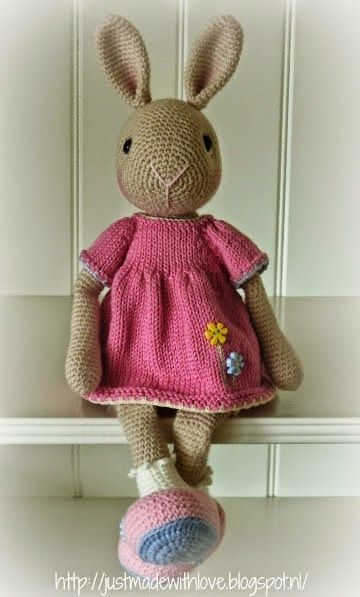 Zoals beloofd het patroon van Marijntjes jurkje.  Marijntje is 35 cm groot, zonder de oren gemeten.              Gebreid met katoen op brein...