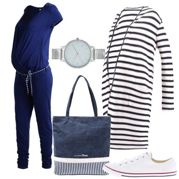 Outfit pensato per una futura mamma che ci tiene alla comodità ma con stile. Tuta jumpsuit blu con scollo tondo, maniche corte e cinturina in vita, cardigan lungo bianco a righe, sneakers basse bianche in tela, shopping bag blu anch'essa con righe e orologio color argento.