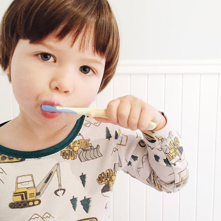 Nouvelle passion! J'aimerais dire que c'est une passion pour le brossage de dents et l'hygiène buccale de façon générale mais je soupçonne plutôt une passion pour le goût fruité du dentifrice de Pat Patrouille (en plus!)... #avoir3ans #3yearsold #3ans #clempetitcoquin #kidstyle #momlife #maman #enfant #maternité #littleandbrave #toddlerlife #toddlerstyle #etremaman #monfils