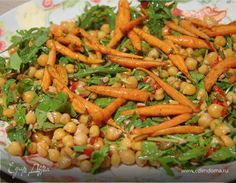 Салат с нутом и запеченной в меду морковью. Полезный постный салат с нутом, руколой, свежей зеленью и карамелизированной морковью. Изюминка этого блюда — заправка с апельсиновым соком и бальзамическим уксусом, которая гармонично дополняет овощи. #готовимдома #едимдома #кулинария #домашняяеда #салат #нут #морковь #мед #запеченная #зелень #рукола #кинза #ароматныйсалат #юлиявысоцкая #полезно #витаминныйсалат