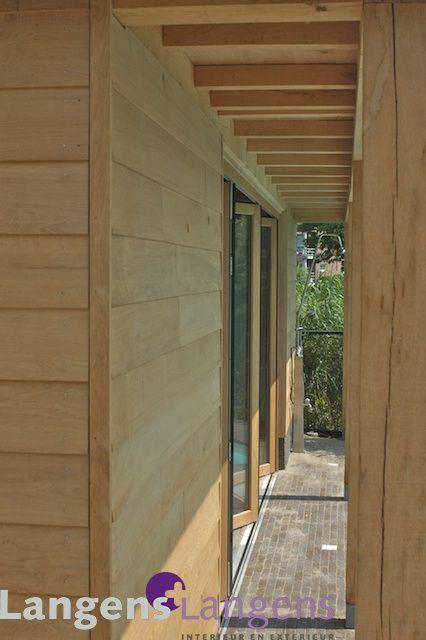 detail gevelbekleding poolhouse met eiken bevelsiding / www.langens-langens.nl