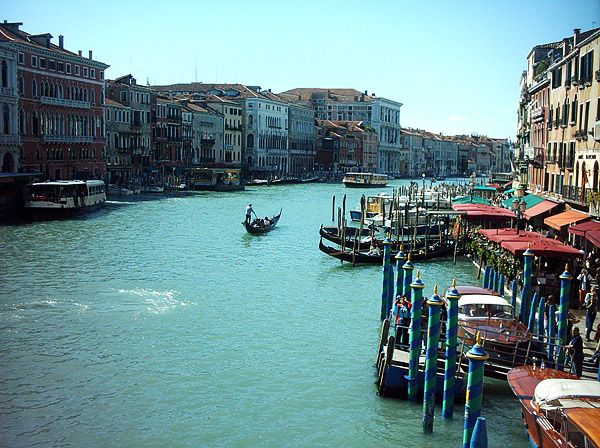 Veneza - Itália - conhecer 2 canais em uma viagem de gôndola, apreciar o silêncio sem a presença de automóveis e visitar a Basílica de São Marco.