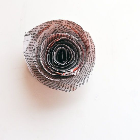 Cómo hacer un ramo de flores reciclando papel periódico paso a paso