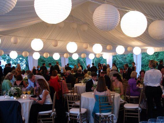 Versiering/ verlichting tent bij feest/ bruiloft.