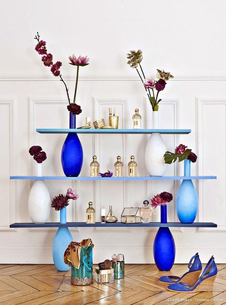 Mensole creative: RICICLO CREATIVO   In un post precedente avevamo visto come creare un tavolino usando come base delle bottiglie in vetro. Seguendo lo stesso concetto oggi vi presentiamo una libreria che usa come supporto dei colorati vasi in vetro ma che potete imitare sempre usando bottiglie di vetro riciclate. Le tavole dello scaffale sono dipinte ognuna in una diversa tonalità di blu così come sono di colori diversi i vasi usati da supporto. La base di ogni vaso va incollata alla…