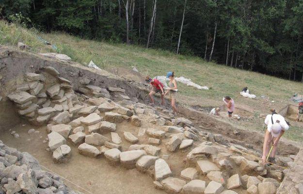 W Maszkowiach, wiosce leżącej w dolinie Dunajca, dr Marcin Przybyła ze swoimi studentami odkrył prawdopodobnie najstarsze w Europie Środkowej mury obronne. Osada datowana na lata pomiędzy 1900 i 1750 p.n.e jest starsza niż greckie Mykeny.