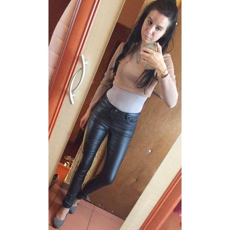 Moje gardło �� ledwo mówię ale może to i dobrze �� ile można mnie słuchać �� ciagle jestem niezadowolona z mojej sylwetki �� #tragedia polishgirl #polishwoman #girl #woman #photoofinstagram #photoofnight #photooftheday  #brunette #makeup #student #studentlife #love  #follow #me #work #selfie #mirrorselfie #fit #fitgirl #goodday #hello #goodday #goodnight #thursday #black http://butimag.com/ipost/1558249834808815197/?code=BWgA_gDFy5d