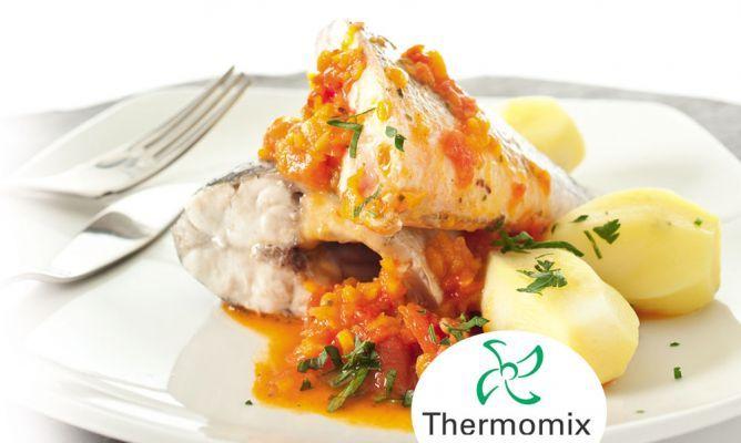 Receta de Lubina y patatas al vapor con salsa de verduras rojas para Thermomix