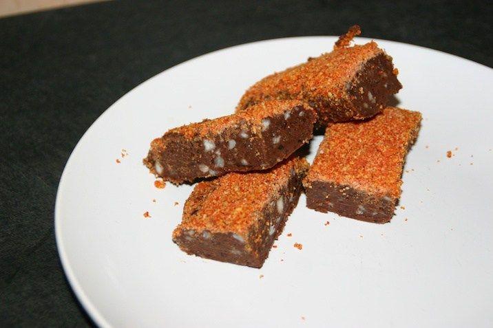 Raw brownie med paranødder og goji-kokos-drys