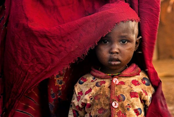 Kenia, Sguardo di bambina  Fotografia di Lynn Johnson