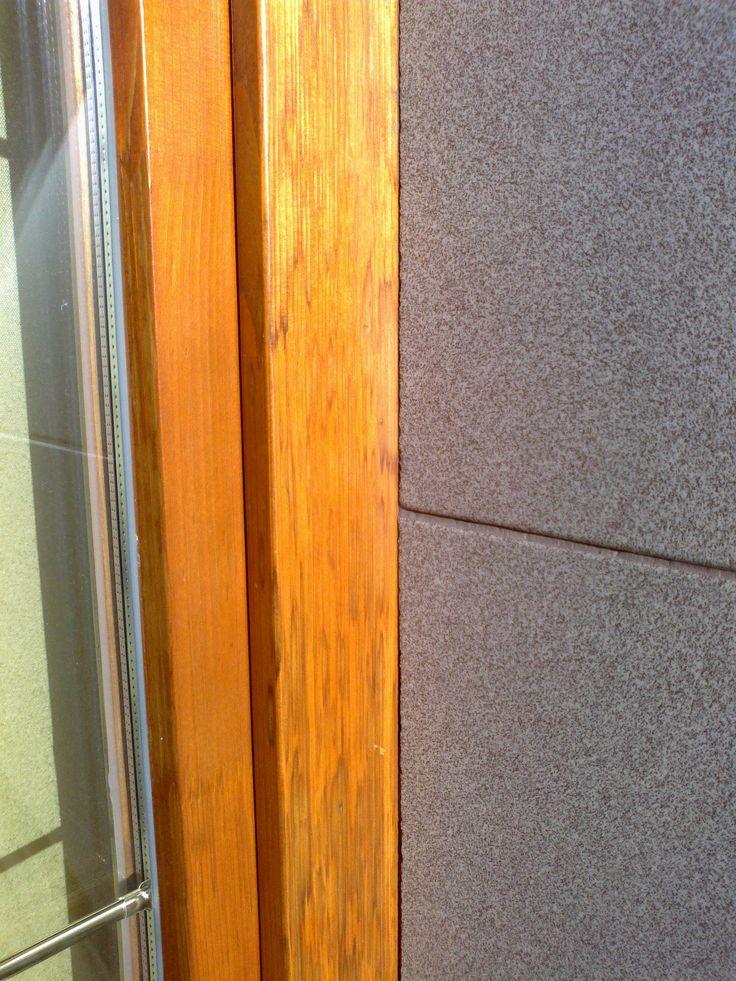 Neopravené okno poškozené krupobitím