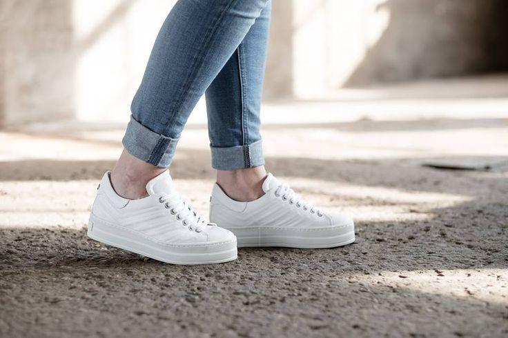 Stijlvolle sneaker op een plateauzool van Via Vai. De damessneaker heeft een patroon in het leren bovenwerk. Geschikt voor eigen steunzolen dankzij het uitneembare voetbed. Met deze witte sneakers aan je voeten maak je elke outfit af! #whitesneakers #women #sneakers #shoesinspiration #plateau #ViaVai #viavaishoes #leather