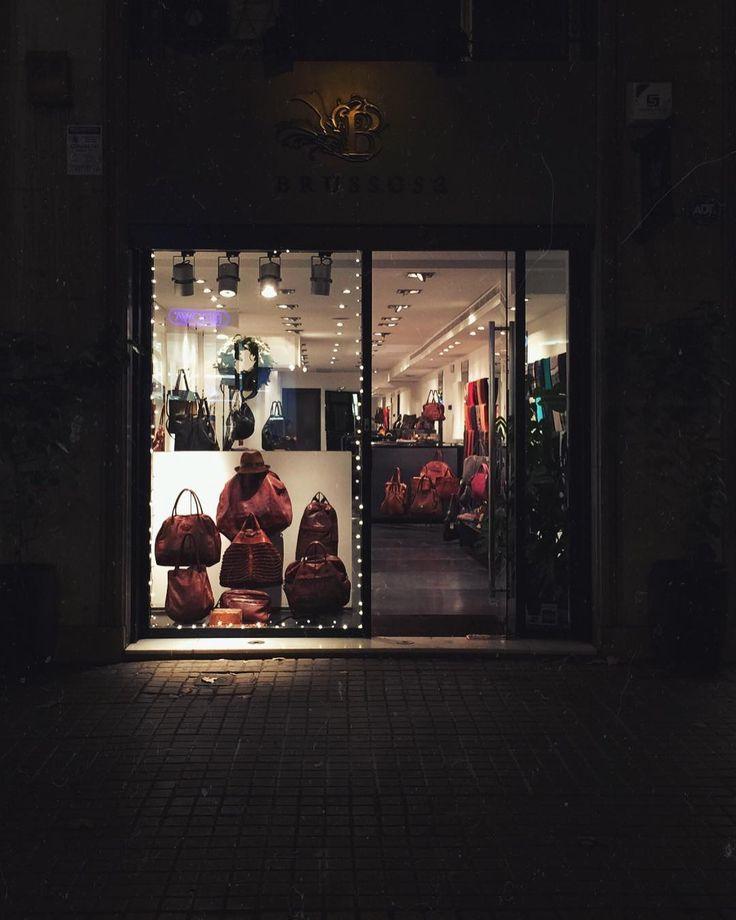 Despedimos este año felices satisfechos y con ganas de 2018...Nosotros volvemos el día 2 de Enero os esperamos! Pero sobretodo: Feliz año a todos!   . . . #brussosa #christmas #newyear  #regalabrussosa #bag #leather #leathergoods #bolso  #style #streetstyle #barcelona #shopping #shoplocal #slowfashion #handmade #madeinspain #picoftheday  #handmadebag #oneofakind #original #exclusive #black #winter #バルセロナ  #レザーバッグ