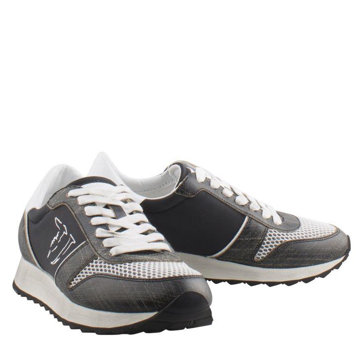Trussardi Jeans 79S045 zwart sneaker veter  Exclusieve sneaker van het merk Trussardi Jeans model 79S045 black. Deze zwarte sneaker is vervaardigd van textiel nylon en leer en zijn voorzien van een vetersluiting. Deze veterschoenen hebben mesh details en metallic over de voorvoet en hiel. Deze sneakers hebben aan de zijkant het logo en zijn voorzien van een hoge eyecatching zool wat zorgt voor een sportieve uitstraling. Deze sportieve dames schoenen hebben een uitneembaar voetbed en lederen…