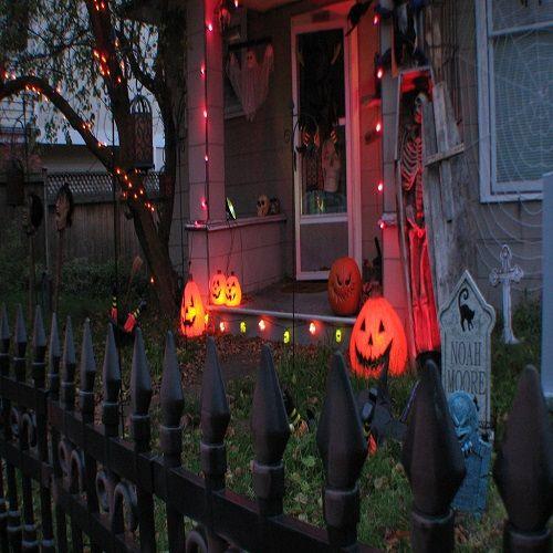 http://www.bax.fi/pussit Viime vuosina Suomeenkin on rantautunut amerikkalaistyylinen Halloween-juhla, jota toiset pitävät hauskanpitoaikana, jolloin pukeudutaan naamiaisasuihin, käydään karkki vai kepponen -kierroksella, jolta saadaan pussit ja kassit täyteen karkkia, ja pidetään teemabileitä. Toiset näkevät sen taikauskon, kummitusten, peikkojen ja pahojen henkien aikana, jota tulisi välttää kaikin tavoin. #pussit #bags #kassit #bag #finland #halloween #party