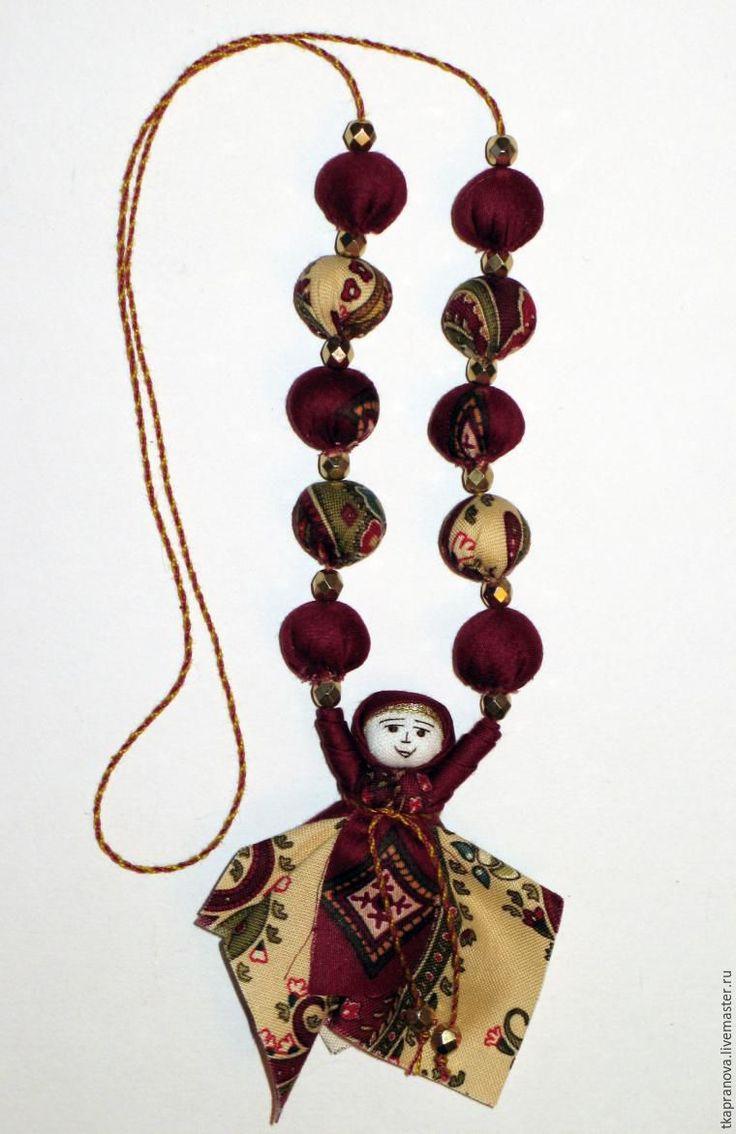 Хочу поделиться опытом по созданию текстильных бус с народной вепсской куколкой. Многие, наверное, видели или делали аналогичные бусы с куколкой немного другой конструкции, однако, мой вариант существенно отличается, потому что я использую сшитые вручную текстильные бусины и другую по форме куколку. Изучив этот мастер-класс, вы сможете не только повторить предложенный вариант бус, но и изготовить…