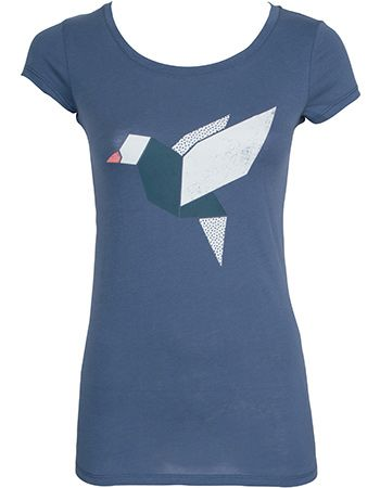 Een grafische shirt van het duurzame eco label armedangels. Het lichtblauwe shirt heeft een vogelprint.  Shirt Uma is een lang shirt dat valt tot over de heupen en een aansluitend model heeft.