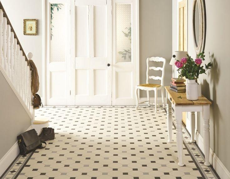 Deze hal heeft een prachtige klassieke uitstraling door de patroonvloer met wit, grijs en zwarte tinten